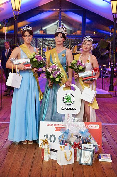 Vítězka 11. ročníku soutěže Sestra sympatie a zároveň vítězka titulu Sestra sympatie INTERNETU paní Mgr. Marcela Tomanová, hlavní sestra Nemocnice sv. Alžběty Na Slupi, s.r.o., druhé místo obsadila Mgr. Vendula Gronová z FN Na Bulovce (vlevo) a 3. místo získala Bc. Šárka Vlková z EUC Premium. Vítězky obdržely překrásné korunky a šperky od společnosti Fabos, kosmetiku Nuance a mnoho dalších cen. Hlavní cenou pro vítězku bylo zapůjčení vozu Škoda Scala na půl roku od partnera soutěže Přerost a Švorc auto.